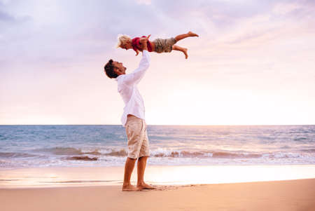 Vader en zoon spelen op het strand