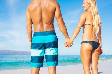 Aantrekkelijk paar op zonnige tropische strand vakantie Stockfoto