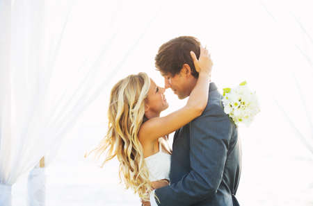 besos hombres: Boda, la novia y el novio románticos hermosos besándose y abrazándose en la puesta del sol