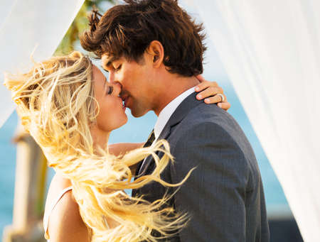 bacio: Wedding, Bella sposa romantica e sposo baciare e abbracciare al tramonto