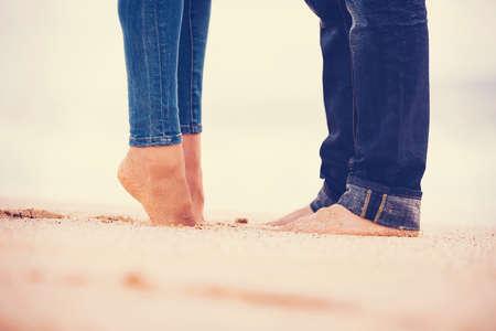 novios besandose: Rom�ntica pareja bes�ndose en la playa al atardecer