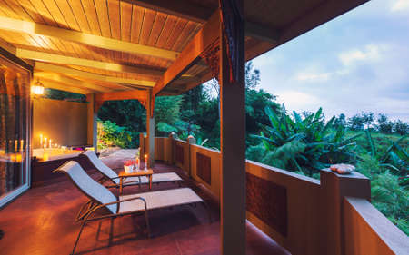 Beautiful Romantic Deck on Tropical Home at Sunset with Candles Banque d'images