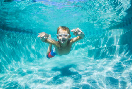 Underwater Young Boy Fun in the Swimming Pool with Goggles. Summer Vacation Fun. Stockfoto
