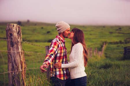 Romantický mladý pár v lásce venku