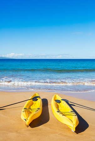 ocean kayak: Dos amarillo Oc�ano Kayak en Sunny Beach Tropical