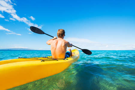 ocean kayak: Hombre Kayak en el Oc�ano Tropical