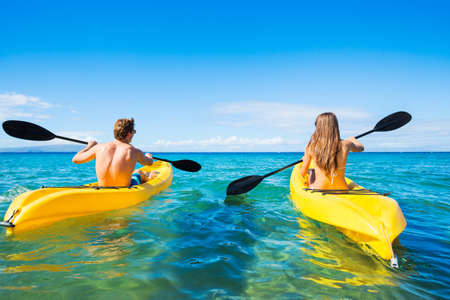 Coppia Kayak nell'oceano in vacanza Archivio Fotografico
