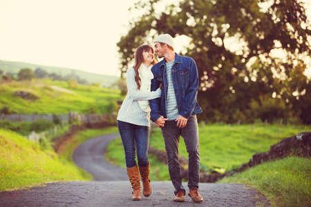 parejas romanticas: Pareja joven rom�ntico en amor al aire libre en la carretera nacional Foto de archivo