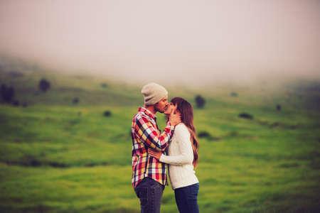 parejas enamoradas: Pareja joven romántico en amor al aire libre Foto de archivo