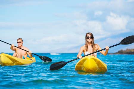 Paar Kajakken in de Oceaan op Vakantie Stockfoto