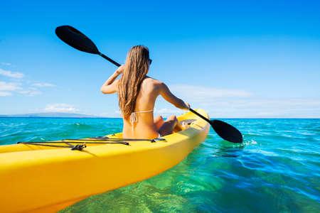 Kobieta Kajakarstwo na Oceanie na wakacjach na Hawajach
