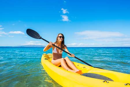 ocean kayak: Mujer Kayak en el Océano