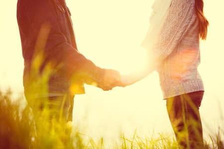 Junge Paare in der Liebe draußen Standard-Bild - 34469571