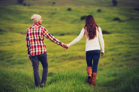 paisaje rural: Pares jovenes rom�nticos en el amor al aire libre en el Campo