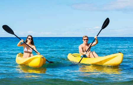 ocean kayak: Hombre y Mujer en Kayak Océano tropical en vacaciones Foto de archivo