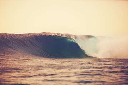 Verbazingwekkende Ocean Wave Breaking bij zonsondergang, Epic Surf