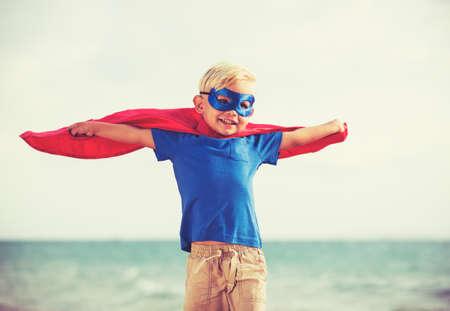Superhelden-Kid, Junge Glückliche Junge spielt Standard-Bild - 40887318