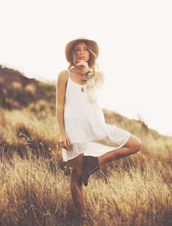 coiffer: Mode de vie. Mode Portrait de Belle jeune femme extérieur. Douce et chaude tonalité de couleur vintage. Artsy style bohème.