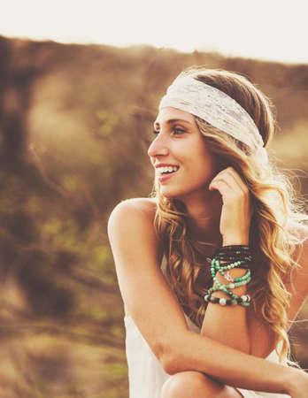 mujer hippie: Estilo de vida Moda, Retrato de joven hermosa mujer retroiluminada en la puesta al aire libre. Colores cálidos suaves.
