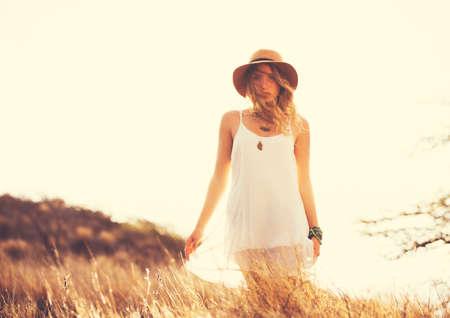 mode: Mode Livsstil. Fashion Porträtt av vacker ung kvinna utomhus. Mjuk varm vintage färgton. Artsy bohemisk stil. Stockfoto