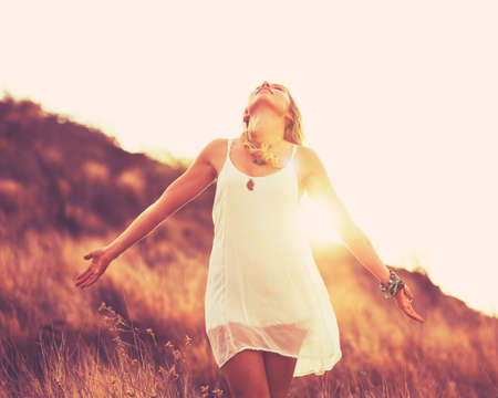 Moda ritratto di giovane donna Hipster al tramonto, Retro Style colori Tones Archivio Fotografico