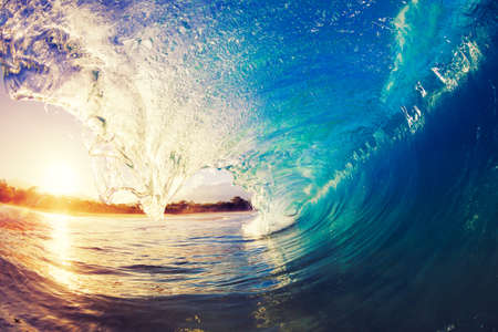 tropicale: Ocean Wave à Sunrise