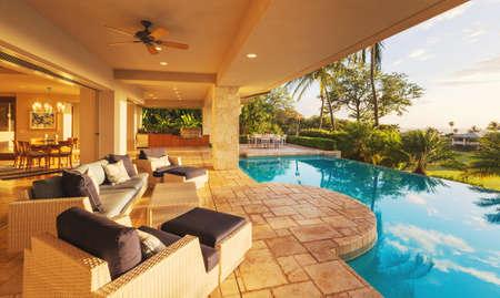 Belle maison de luxe avec piscine au coucher du soleil Banque d'images - 42845648