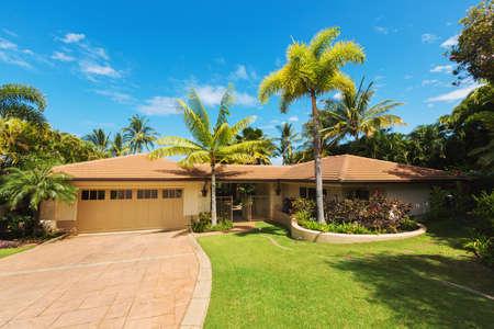 Tropical Casa di lusso, Exterior View con prato verde e Driveway Archivio Fotografico