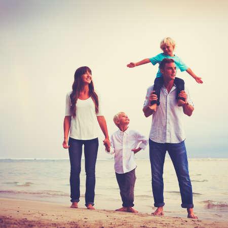 Gelukkige jonge liefdevolle familie