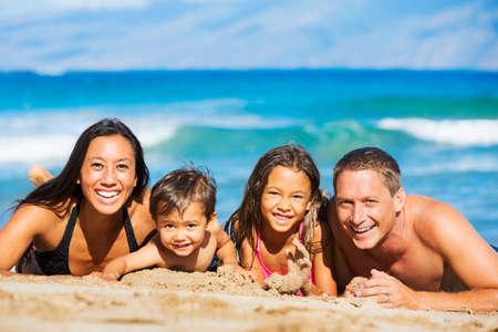 viaje familia: Joven familia feliz divertirse en la playa al aire libre