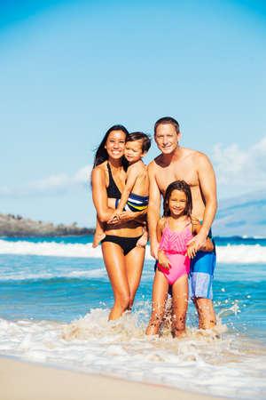 razas de personas: Joven familia feliz divertirse en la playa al aire libre