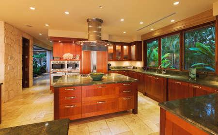 贅沢な家で美しいキッチン