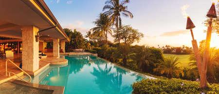 Bella casa di lusso con piscina al tramonto Archivio Fotografico