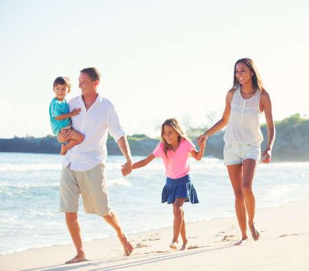 Joven feliz descendencia mixta Familia que se divierte en la playa al aire libre Foto de archivo - 42854227