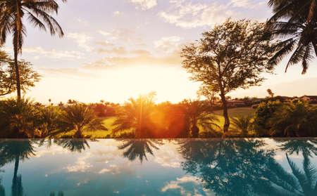 일몰 수영장과 아름 다운 럭셔리 홈