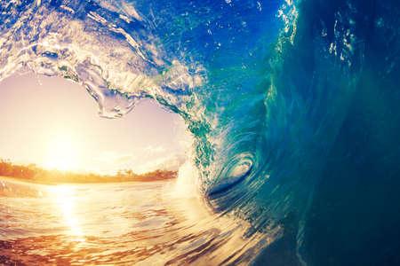日の出の海の波