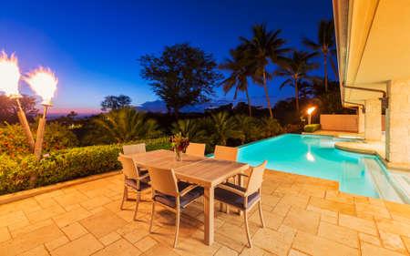 Mooie luxe huis met zwembad bij zonsondergang Stockfoto