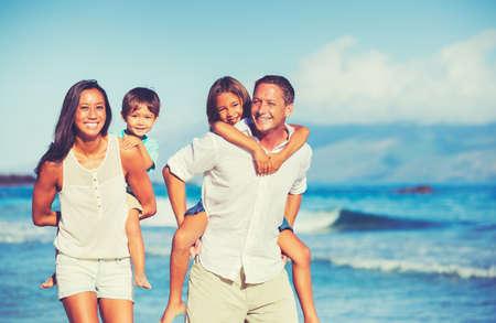 Молодой счастливая семья весело на пляже на открытом воздухе