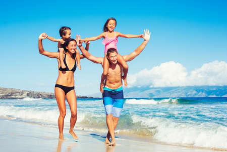 convivencia familiar: Joven familia feliz divertirse en la playa al aire libre
