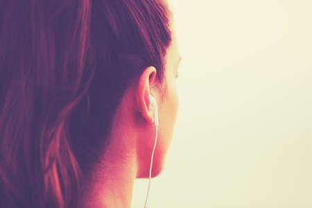 escucha activa: Estilo de Vida Activo Deportes con la tecnología moderna. Aptitud de la mujer joven escuchando música Foto de archivo