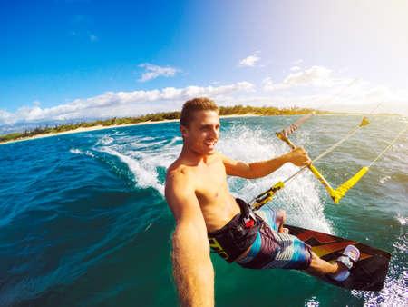 Kiteboarding. Diversión en el océano, Deporte Extremo Kitesurf. Ángulo POV con cámara de la acción