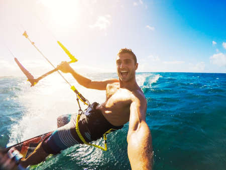 papalote: Kiteboarding. Diversión en el océano, Deporte Extremo Kitesurf. Ángulo POV con cámara de la acción