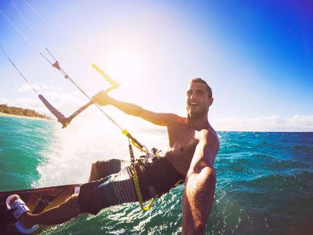 Kiteboarding. Divertimento in mare, sport estremo Kitesurf. POV angolo con la macchina fotografica di azione Archivio Fotografico