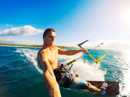 accion: Kiteboarding. Diversión en el océano, Deporte Extremo Kitesurf. Ángulo POV con cámara de la acción