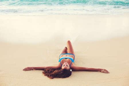 petite fille maillot de bain: Été Mode de vie, Belle Bonne Carefree jeune femme détente sur la plage au coucher du soleil