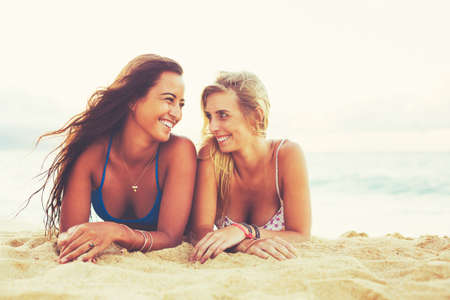 Zomer Lifestyle, Girls Day at the Beach. Vrienden Opknoping uit op het strand bij zonsondergang