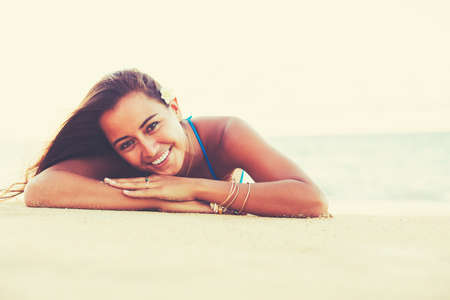 Summer Lifestyle, Beautiful Happy Carefree Young Woman Relaxing on the Beach at Sunset Banco de Imagens