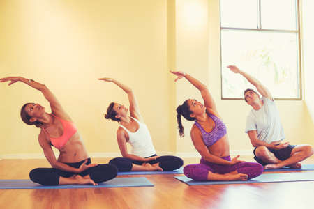 clases: Grupo de personas que se relaja y hacer yoga. Bienestar y estilo de vida saludable.