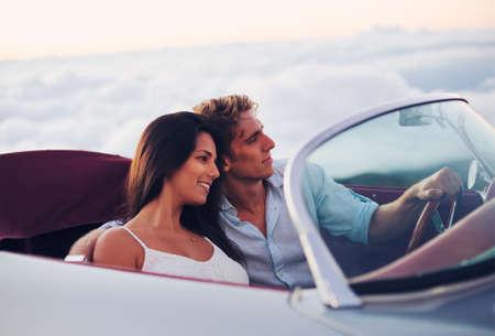 Romantisch Jong Aantrekkelijk paar kijken naar de zonsondergang in de Classic Vintage Car Sport