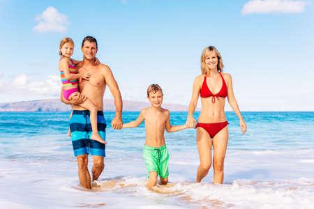 가족 휴가. 행복 한 가족 재미 아름 다운 따뜻한 햇빛 나는 해변. 야외 여름 라이프 스타일입니다.